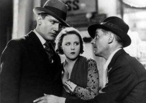 """L'acteur anglais John Longden et l'actrice tchèque Anny Ondra, face à l'acteur anglais Charles Paton, dans le film anglais """"Chantage"""", réalisé en 1929 par Alfred Hitchcock"""