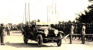 L'inauguration du premier tronçon (Milan-Varèse) de l'Autoroute des Lacs, la première autoroute du monde, le 21 septembre 1924, à Lainate (Lombardie), par le roi d'Italie Victor-Emmanuel III de Savoie