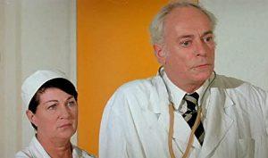 """L'actrice française Dominique Davray et l'acteur français Jean Martin, dans le film français """"L'aile ou la cuisse"""" de Claude Zidi (1974)"""