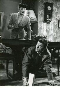 """L'actrice française Dominique Davray et l'acteur français Robert Lamoureux, dans le film français """"Papa, maman, la bonne et moi"""" de Jean-Paul Le Chanois (1954)"""