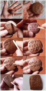 """Écrire des caractères cunéiformes (constitués de traits terminés en forme de """"coins"""" ou """"clous"""" (""""cuneus"""" en latin) sur des tablettes d'argile à l'aide d'un calame (roseau taillé en pointe)"""