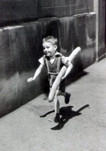 """""""Je ramène le pain"""". Photo de Willy Ronis (""""Le petit parisien, 1952)"""