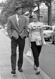 """L'acteur français Jean-Paul Belmondo et l'actrice états-unienne Jean Seberg, dans le film français """"À bout de souffle"""" de Jean-Luc Godard (1960)"""