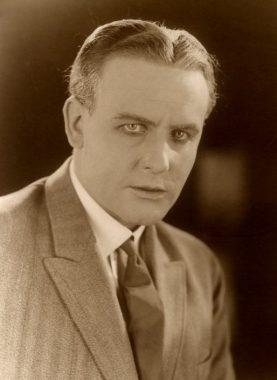 L'acteur, réalisateur et producteur tchèque Karel Lamac, également connu sous les noms germanisé de Carl Lamac et francisé ou anglicisé de Charles Lamac