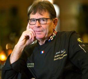 Le breton Marcel Lesoille, 11 fois champion du monde des écaillers et détenteur du record du monde d'ouverture d'huîtres avec 2 64 huîtres ouvertes en... une heure !