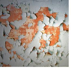 Un mur peint tout écaillé
