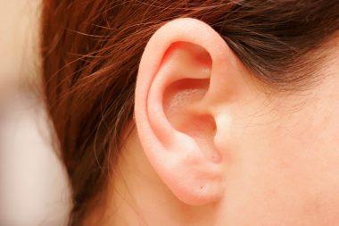 Une oreille de femme percée