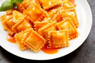 Assiettée de ravioli à la tomate en conserve