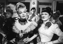 """Les actrices françaises Simone Signoret et Dominique Davray, dans le film français """"Casque d'or"""" de Jacques Becker (1952)"""
