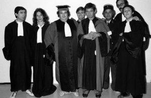 """La fine équipe du """"Tribunal des flagrants délires"""" : Claude Villers (3e en partant de la gauche), Luis Rego (1er) et Pierre Desproges (5e)"""