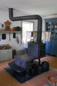 Un poêle à bois ancien et son tuyau