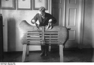 Un des premiers cheval d'arçons (Photo par Bundesarchiv, Bild 102-12352)
