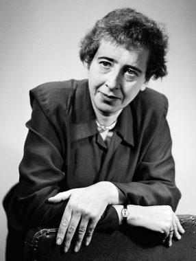 La philosophe allemande Hannah Arendt (née Johanna Arendt) (14 octobre 1906 - 4 décembre 1975 ), politologue et journaliste, connue pour ses travaux sur le totalitarisme, la modernité et la philosophie de l'histoire.