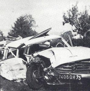 L'épave de la 404 Peugeot broyée contre un arbre le 12 août 1965, d'où sortit miraculeusement vivant le chanteur français Serge Lama
