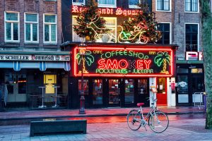 """Un """"Coffee shop"""" néerlandais, à Amsterdam (Pays-Bas) ou """"Magasin de cannabis"""""""