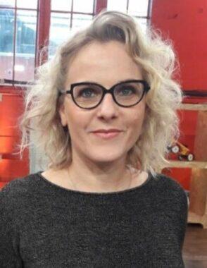 """La commissaire-priseur française Enora Alix, experte dans l'émission """"Affaire conclue"""", présentée par Sophie Davant, sur la chaîne de télévision publique française France 2"""