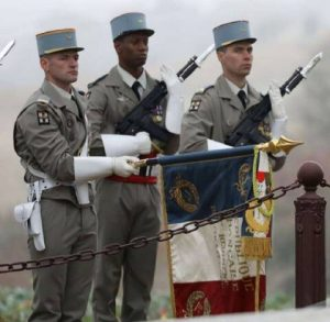 Soldats de la Légion Etrangère équipés du FAMS (Fusil d'assaut français FAMAS (Fusil d'Assaut de la Manufacture d'Armes de Saint-Etienne) baïonnette au canon