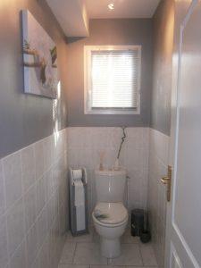 Petite fenêtre de toilettes