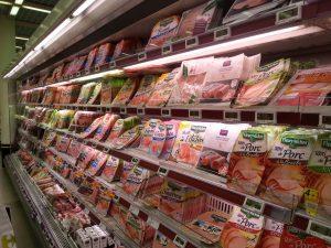 Le rayon jambon sous plastique d'une grande surface alimentaire