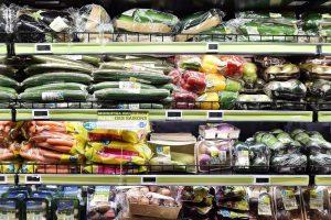 Le rayon légumes bio sous plastique d'une grande surface alimentaire