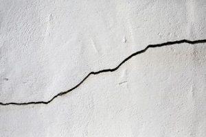Une lézarde sur un mur