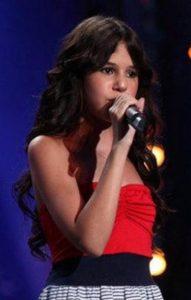 """La jeune chanteuse française Marina Dalmas, candidate de l'émission de télévision française """"La France a un incroyable talent"""", fin 2011, sur M6"""