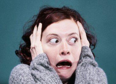 """Une femme apeurée peut-être victime d'""""omniphobie"""", également appelée """"panophobie"""" ou """"pantophobie""""."""