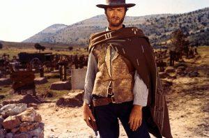 """L'acteur états-unien Clint Eastwood, dans le film italien de Sergio Leone """"Pour une poignée de dollars"""" (1964)"""