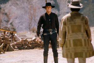"""L'acteur états-unien Henry Fonda, en plan italien, dans le film états-unien """"Il était une fois dans l'Ouest"""", de Sergio Leone"""" (1968) (et Charles Bronson, de dos, en plan américain)"""