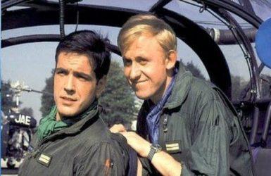 """Les acteurs français Jacques Santi (Michel Tanguy) et Christian Marin (Ernest laverdure), dans le feuilleton télévisé """"Les chevaliers du ciel"""""""