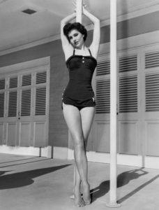 """L'actrice états-unienne Cyd Charisse surnommée """"Les jambes"""" ou """"Les plus belles jambes du monde""""."""