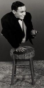 """Le phénomène de foire, artiste de cirque et acteur états-unien Johnny Eck (né John Eckhard Jr. le 27 août 1911 et mort le 5 février 1991) : un cul-de-jatte non amputé mais atteint du """"Syndrome de régression caudale"""" était né sans jambes, avec une colonne vertébrale tronquée, ce qui avait provoqué une atrophie du torse. Il est bien connu des cinéphiles pour son rôle dans le film """"La monstrueuse parade"""" de Tod Browning (1932)."""