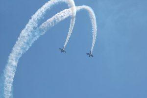 Deux avions en train de réaliser une boucle