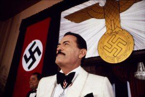 """L'acteur états-unien Gregory Peck, dans le rôle du docteur Josef Mengele, dans le film britannico-états-unien """"Ces garçons qui venaient du Brésil"""", de Franklin J. Schaffner (1978)"""