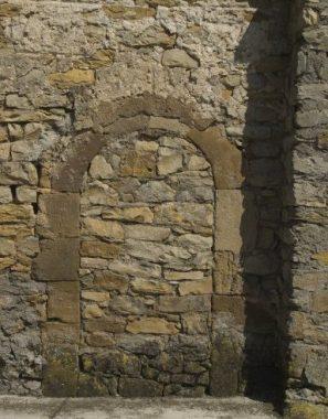 Une porte condamnée avec des pierres
