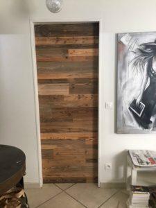 Une porte condamnée avec du bois