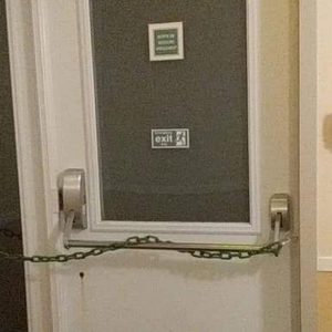 Une sortie de secours condamnée avec une chaîne !