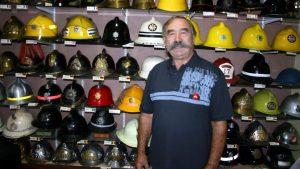 Un cascoforussophile, c'est à dire : un collectionneur de casques de pompiers