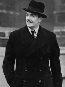 """Le ministre britannique Anthony Eden, coiffé de son éternel chapeau """"Homburg"""", rebatipsé """"Eden"""" par les tailleurs londoniens"""