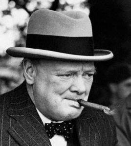 """Le Premier ministre britannique Winston Churchill, coiffé d'un chapeau """"Homburg"""""""