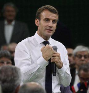 Le président de la République française Emmanuel Macron, en bras de chemise