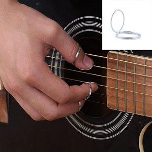 Main utilisant des onglets pour jouer de la guitare