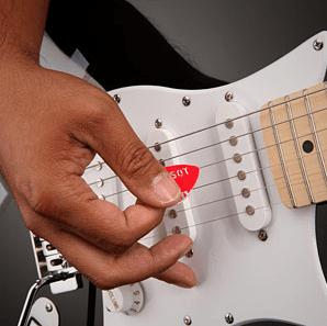 """Main utilisant un plectre (""""Médiator"""") pour jouer de la guitare électrique"""