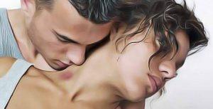 Un jeune homme venant de faire un suçon dans le cou d'une jeune femme