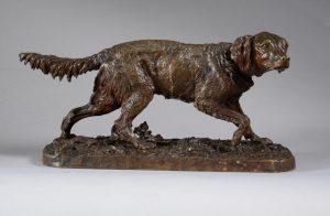 Une sculpture animalière en bronze de Pierre-Jules Mêne, datant du XIXe siècle et représentant un chien de chasse sur terrasse