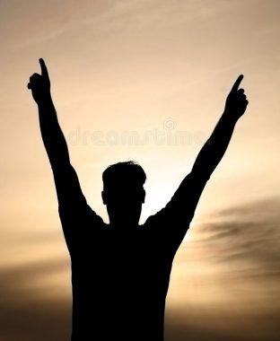 Un homme, en homme chinoise, bras levés écartés, célébrant une victoire