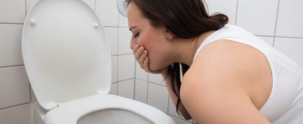 Vomir dans la cuvette des toilettes