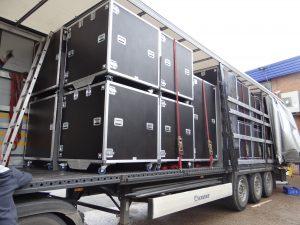 """Un camion rempli de malles renforcées ou """"flight-cases"""""""