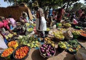 """Un """"cantine"""" africaine : petite boutique installée sur un marché ou sur la voie publique"""