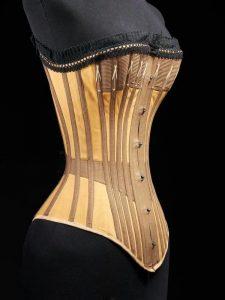 Un corset en coton avec une structure en fanons de baleine